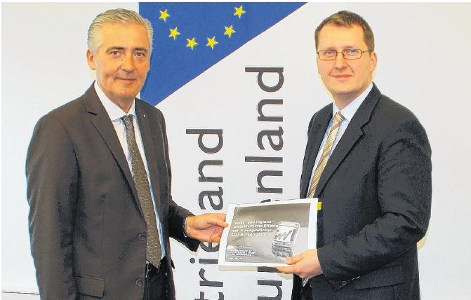 Manfred Gerger (l.) und Herwig Schneider mit der Leitbetriebe-Studie